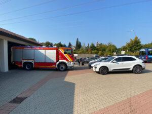 Geparkte Autos auf dem Hof der Feuerwache blockieren die Ausfahrt der Feuerwehrfahrzeuge.